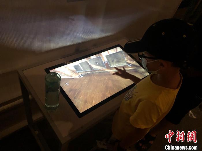 观众在首都博物馆展厅内使用互动设备。 李纯 摄