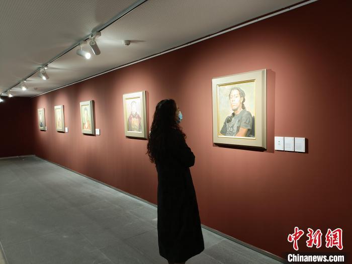 《时代肖像——忻东旺艺术作品展》展览吸引民众驻足欣赏。 杨佩佩 摄