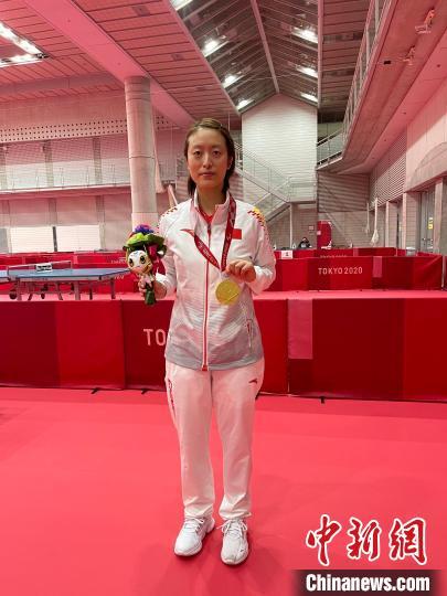王睿手握东京残奥会金牌。 王睿供图