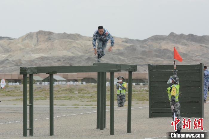综相符赛上,中国海军参赛队主射手易明正在议定断桥。 王浩 摄