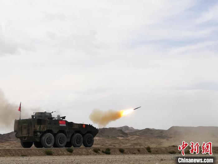 综相符赛上,中国海军参赛队发射导弹对模拟直升机靶标射击。 王浩 摄