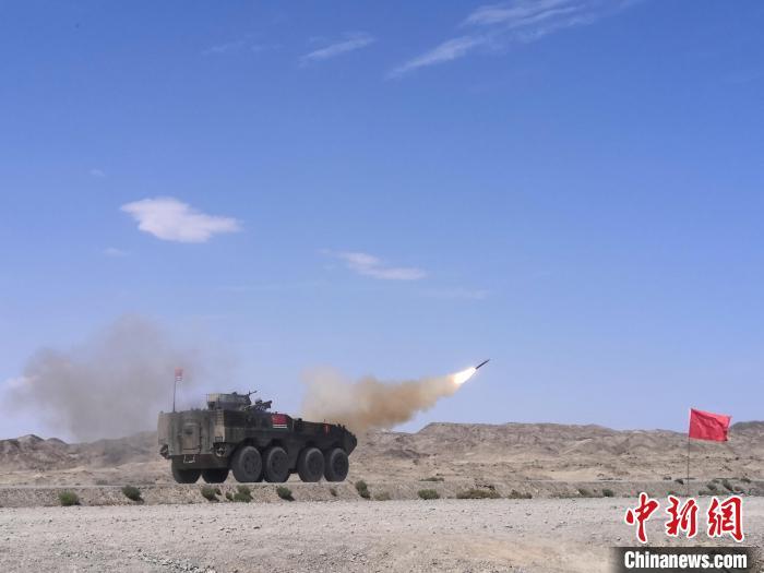 多能赛上,中国海军参赛队发射导弹对模拟直升机靶标射击。 王浩 摄