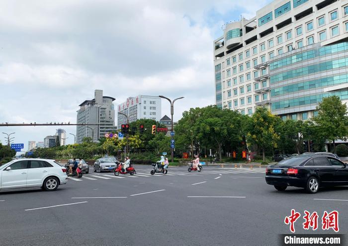 """9月3日,扬州主城区封控幼区迎""""解封"""",路上走人和走驶的社会车辆清晰添多。 崔佳明 摄"""