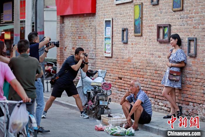 """改造后的建国门老菜场,每天吸引着不少年轻人前来拍照""""打卡""""。 张一辰 摄"""