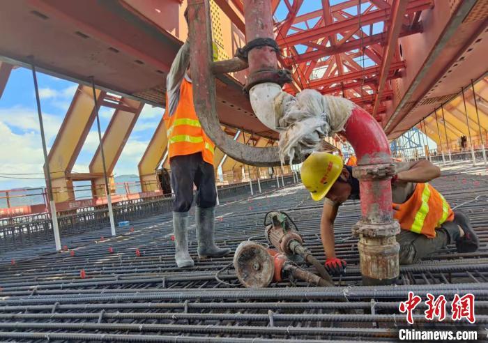 图为,福厦高铁湄洲湾跨海大桥末了一孔移动模架现浇梁浇筑现场 金伟 摄