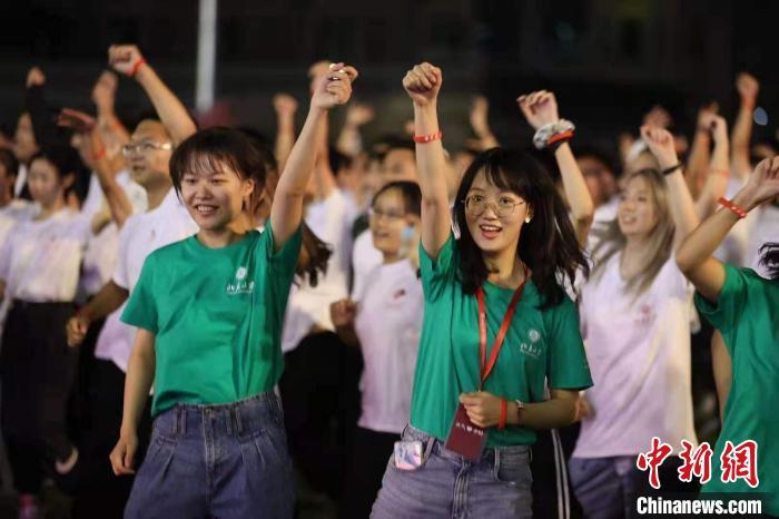 北大学生在进行跑前热身 蒋启明 摄