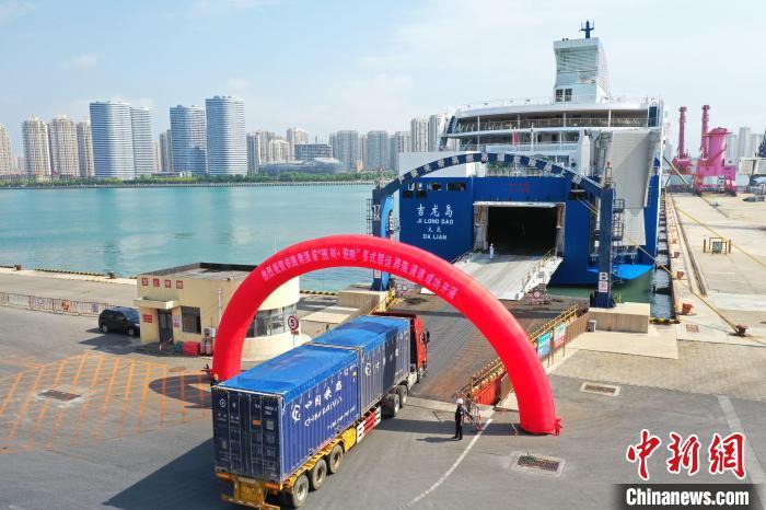 """图为敞顶集装箱8日顺利接卸在大型客滚船""""吉龙岛""""轮上。 郑哲元 摄"""