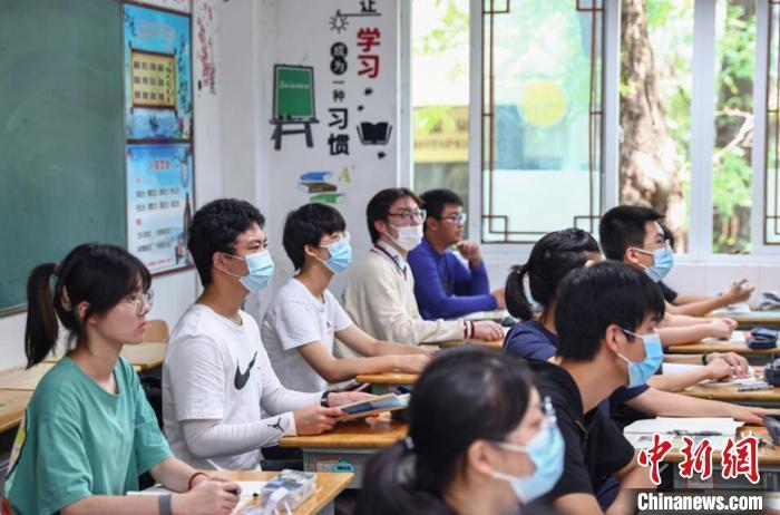 9月9日,南京市第二十七高级中学教室内,老师在给学生们上课。 泱波 摄