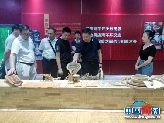 图为程海超(右二)参观兴安县华江瑶族乡民俗文化博览馆。 陆汉宝 摄