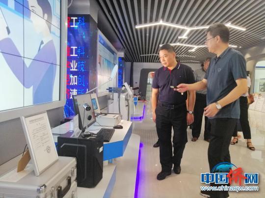 中国侨网图为程海超(右二)在桂林香港科技园产品展示厅考察。 陆汉宝 摄