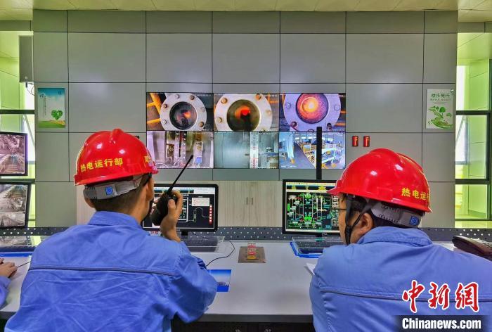 图为江汉盐化工热电运行部工作人员正在工作 段林薇 摄
