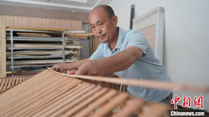 湖北一木匠40年修200座吊脚楼传承非遗技艺