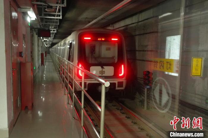图为在运行的郑州5号线地铁。 李超庆 摄