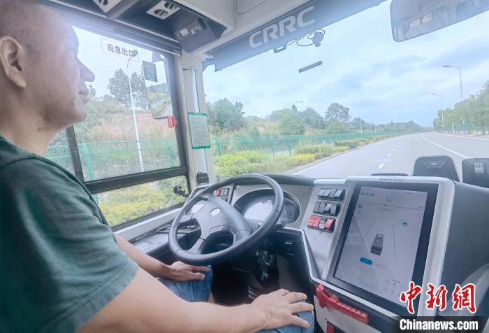 2021年9月7日,在湖南湘江新区智能系统测试区,无人驾驶公交车平稳地行驶在道路上。 刘双双 摄