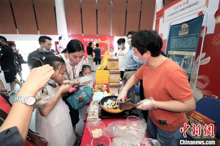 广东民众欢乐过中秋:品尝美食 体验非遗技艺