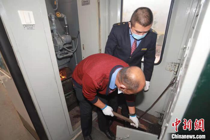 列车工作人员检查锅炉。 徐率 摄