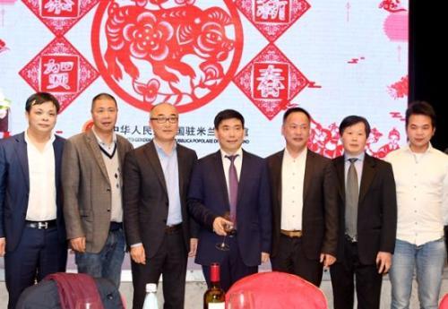 中国驻米兰总领事馆宋雪峰总领事和缺席接待 会的侨领合影。(图片起源:欧联网)
