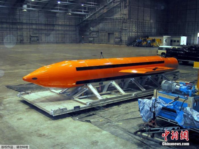 """资料图:美军在阿富汗投放新型武器""""炸弹之母""""。"""