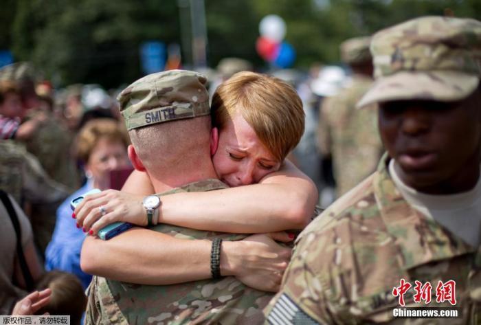 资料图:当地时间2014年9月16日,美国佐治亚州梅肯,两百名佐治亚州国民警卫队第48步兵旅士兵完成在阿富汗9个月的任务之后回国,与家人团聚。