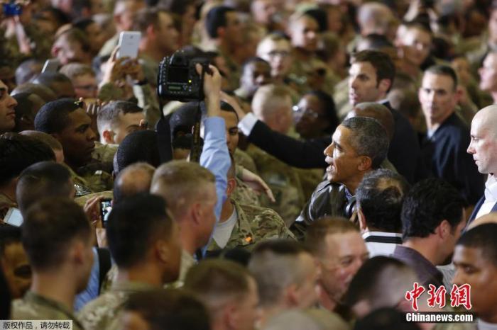 资料图:美国前总统奥巴马抵达阿富汗巴格拉姆空军基地,看望驻守在当地的美军士兵。