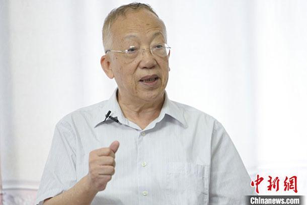 7月24日,广东省广州市天河区,何自然在家中接受中新社记者采访。 中新社记者 陈骥�F 摄