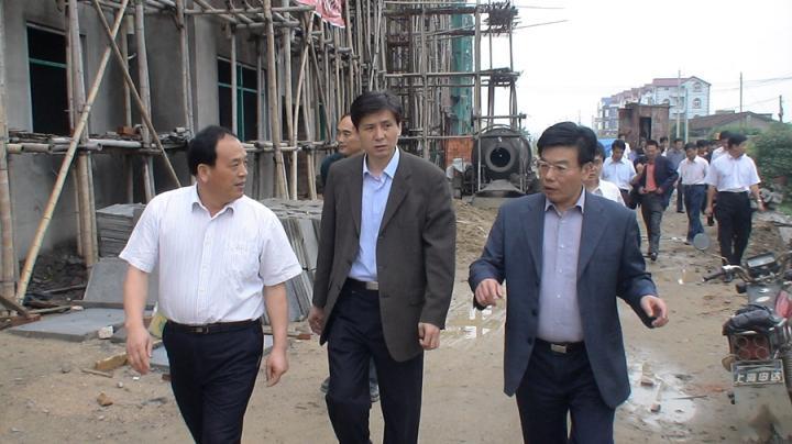 (4)2008年5月12日,时任澳门威尼斯人娱乐省副省长洪捷序到威尼斯人电子游戏江镜华侨农场视察侨居工程。