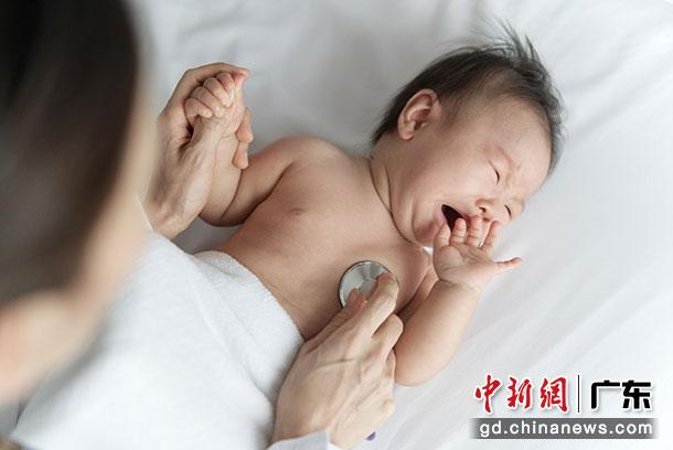 接受治疗的婴儿(资料图)