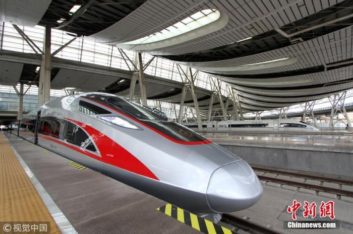 """2019年1月5日,铁路实行新的列车运行图时,超长版""""复兴号""""在京沪高铁上线运营。"""