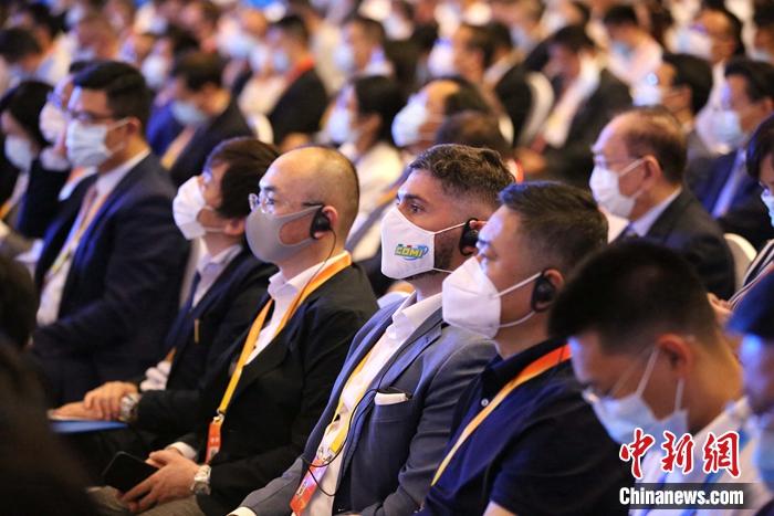 """390家世界500强企业与517家行业领军企业的领导人通过""""线上 线下""""的方式参会。胡耀杰 摄"""