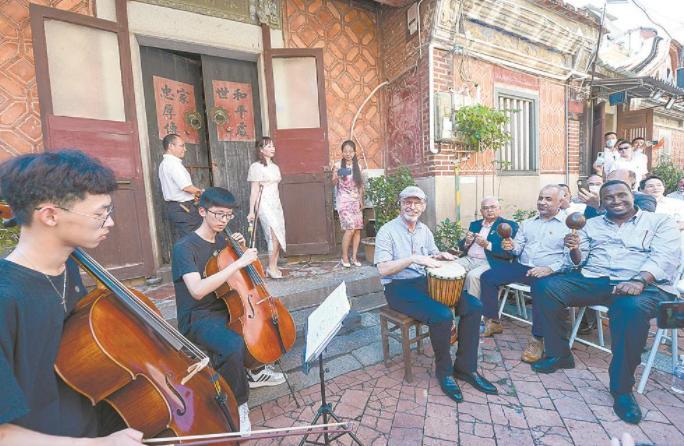 驻华使节观看鼓浪屿雷厝家庭音乐会表演。