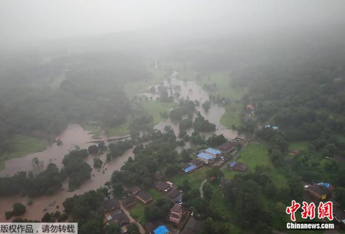 印度发生暴雨,引发山体滑坡,低洼地区被淹没,数百座村落对外交通中断。