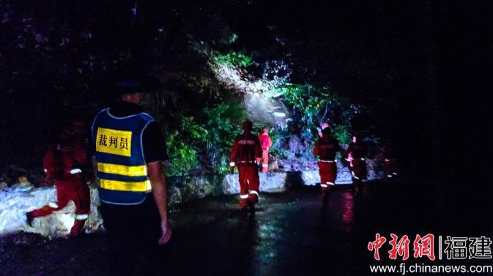 裁判員在夜間冒雨全程跟隨參賽隊員。