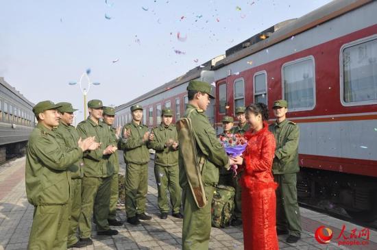 弹药押运兵在列车站台举行15分钟婚礼