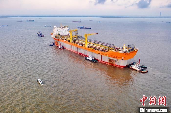18日,世界大吨位新型海上浮式生产储卸油船从南通拖带出江。 滕永超 摄