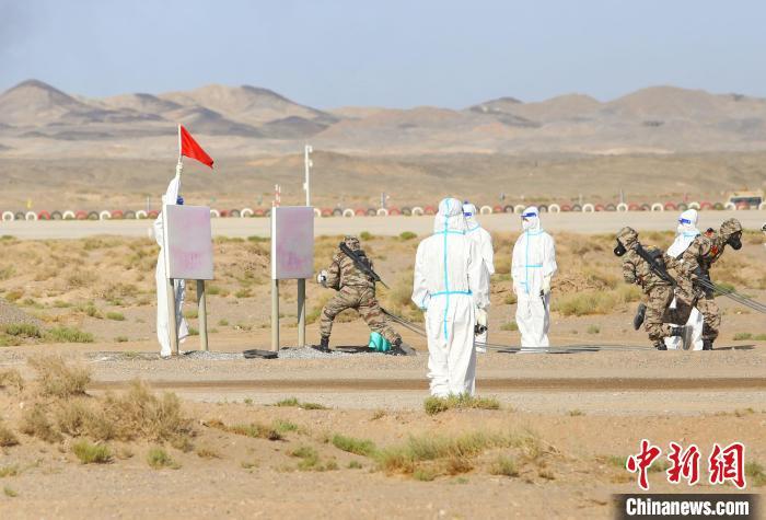 中国参赛队队员进行洗消作业。 王小军 摄